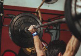 Jak chodzenie na siłownię wpływa na pewność siebie?
